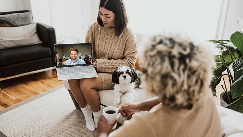 Deux femmes et un chien en vidéo-consultation pour de la télémédecine